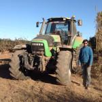 Arnau Vidal, al costat d'un dels tractors de gran potència que fa servir per netejar i preparar els camps pel conreu.