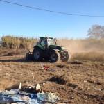 Gràcies a la maquinària pesant, es poden desbrossar els camps de matolls, canyissars i de deixalles acumulades.
