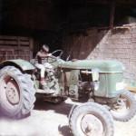 Un nen juga a conduir el tractor. Anys 70. Foto: Cal Neguit.