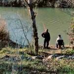 """Dos pescadors al riu Llobregat al seu pas per Abrera. Imatge del vídeo divulgatiu """"D'esquenes al Llobregat""""."""