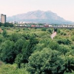 """El riu Llobregat ha de conviure amb la indústria, les infraestructures i la pressió urbanística. Imatge del vídeo divulgatiu """"D'esquenes al Llobregat""""."""