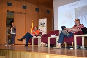 La presidenta del Centre d'Estudis Conxita Sánchez introdueix la sessió amb la participació dels alcaldes Josep Perpinyà (Sant Just Desvern) i Jordi San José (Sant feliu de Llobregat).