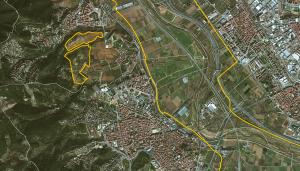 A la izquierda de la imagen, las dos extensiones de tierra de Santa Coloma de Cervelló que forman parte del Parque Agrario del Baix Llobregat. El Ayuntamiento se propone que se cultiven de nuevo.
