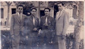 Els Setrilleres. Els joves més alts són Miquel Casellas (esquerra) i Macià Vilà. Els bessons són Miquel Casellas (esquerra) i Ramon Casellas. A la plaça de Santa Magdalena d'Esplugues. Mitjans dels anys 40.