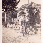 Josep Casellas, amb una bicicleta al costat d'una cascada que hi havia al darrere de la masia de can Cortada, lloc per on avui passa una autopista. Anys 40.