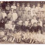 Nens de l'escola Isidre Martí d'Esplugues amb la professora Conxita. En Macià Vilà és el nen que du una camisola fosca. A la seva dreta, en Josep Casellas.