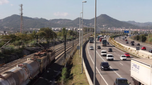 """Las infraestructuras viaries (AP2 a la fotografía) y ferroviarias ejercen un gran peso en el territorio del Baix Llobregat. Imagen del documental """"El pati del darrere""""."""